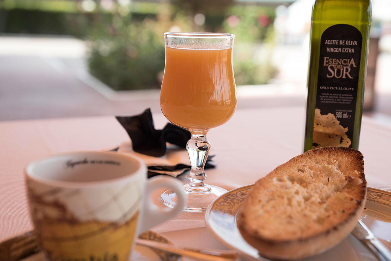 Desayuno en la cafetería de Mirador de Puerta Real